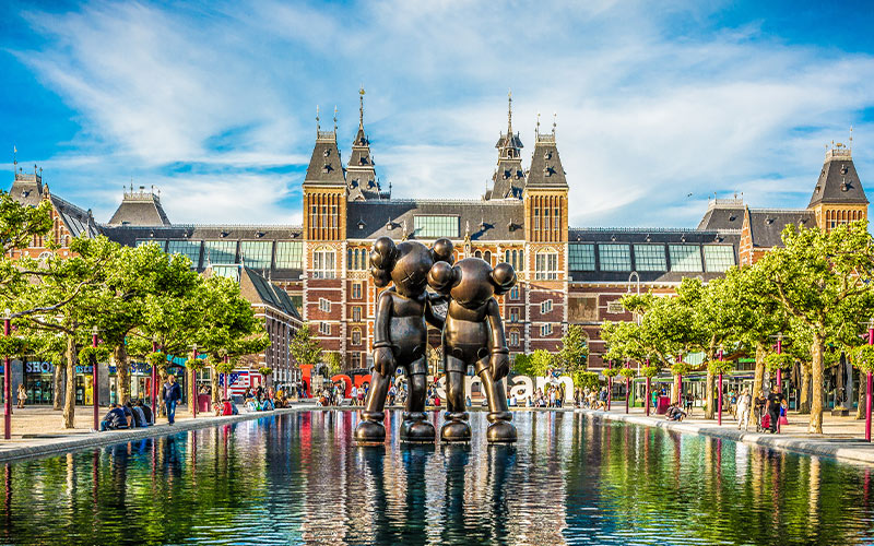 2-KAWS-cartoon-mouse-character-sculpture-in-front-of-the-Rijksmuseum