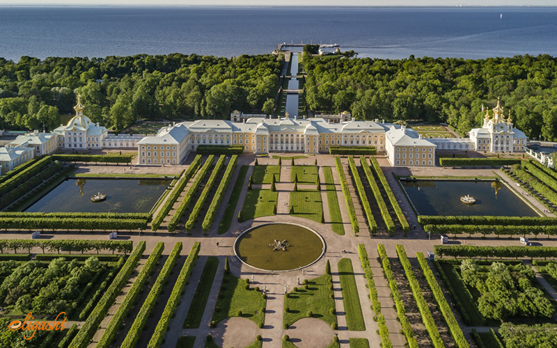 Famous garden of Peterhof Palace