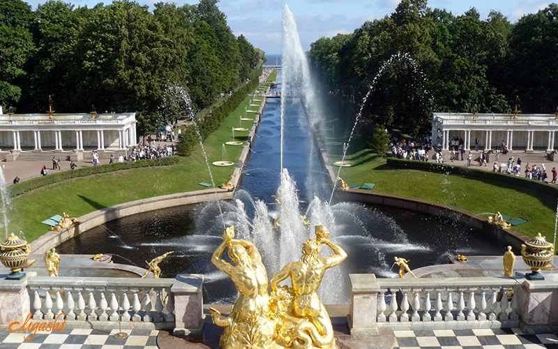famous fountain in Peterhof Palace